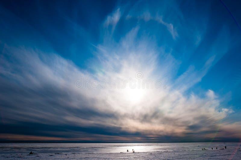 Mooie blauwe hemel over ijs stock afbeeldingen