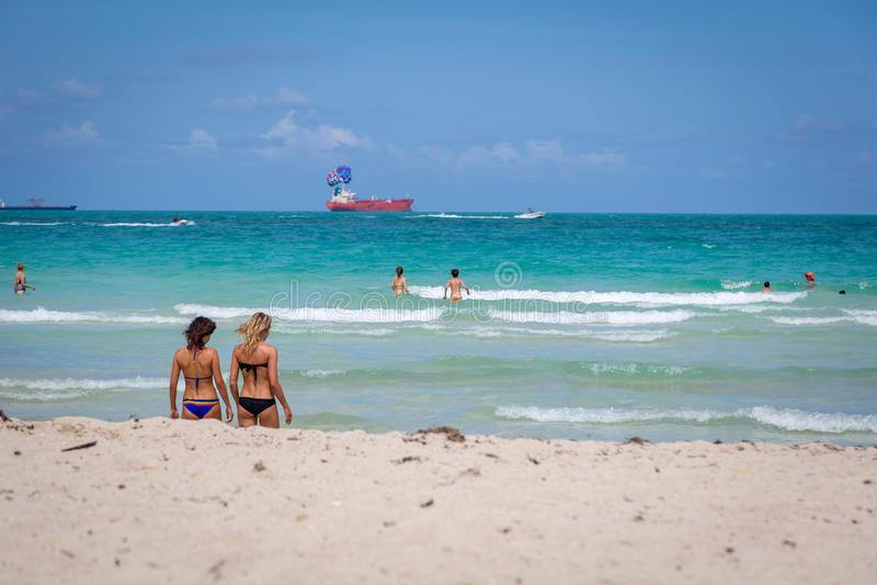 Mooie blauwe hemeldag in het strand van Miami in Florida stock fotografie
