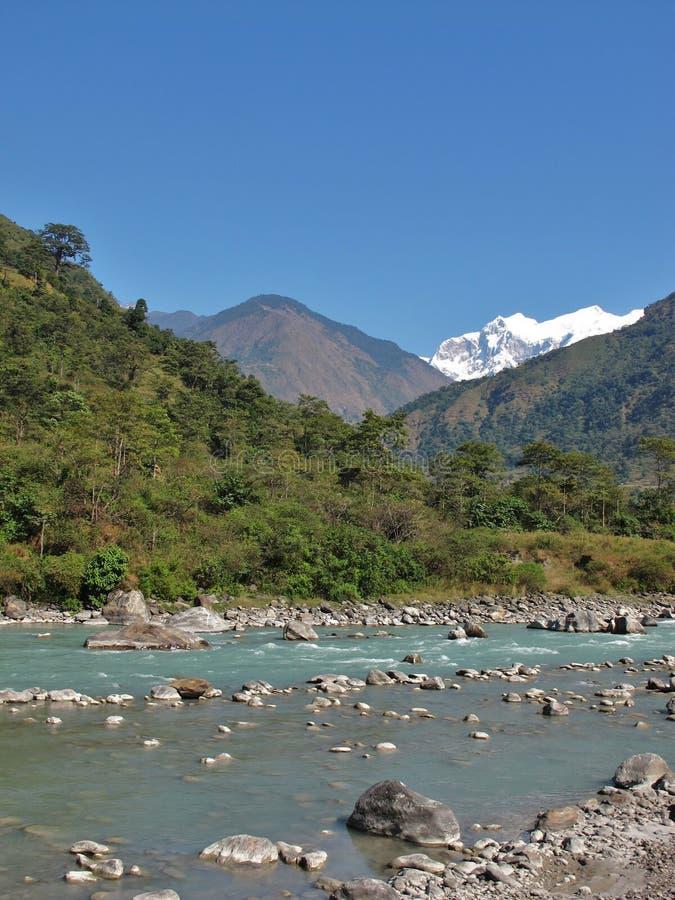 Mooie blauwe Marsyangdi Rivier, Nepal stock foto