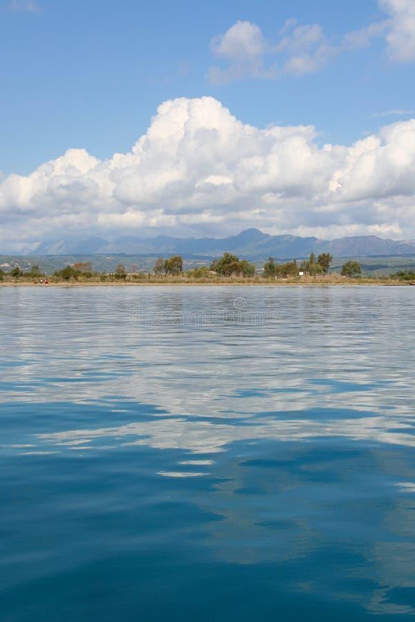 Mooie blauwe Middellandse Zee met wolken het nadenken royalty-vrije stock afbeeldingen