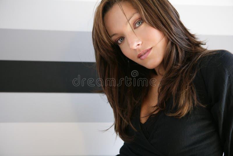 Mooie blauwe ogenvrouw, kleding op zwarte stock afbeeldingen
