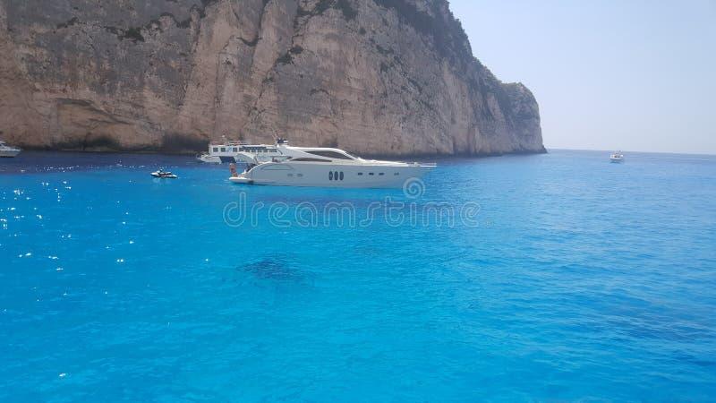 Mooie blauwe overzees met boot op eiland Zakynthos royalty-vrije stock foto