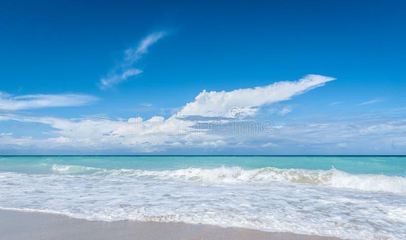 Mooie blauwe Varadero van de hemelvakantie strandscène - ontsnapping op een vakantiestrand in Cuba stock foto