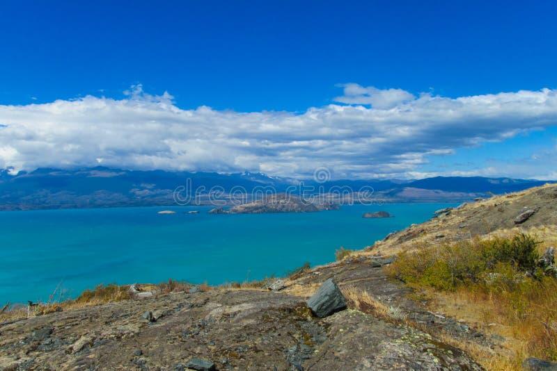 Mooie blauwe water en van het rotsenmeer kust royalty-vrije stock fotografie