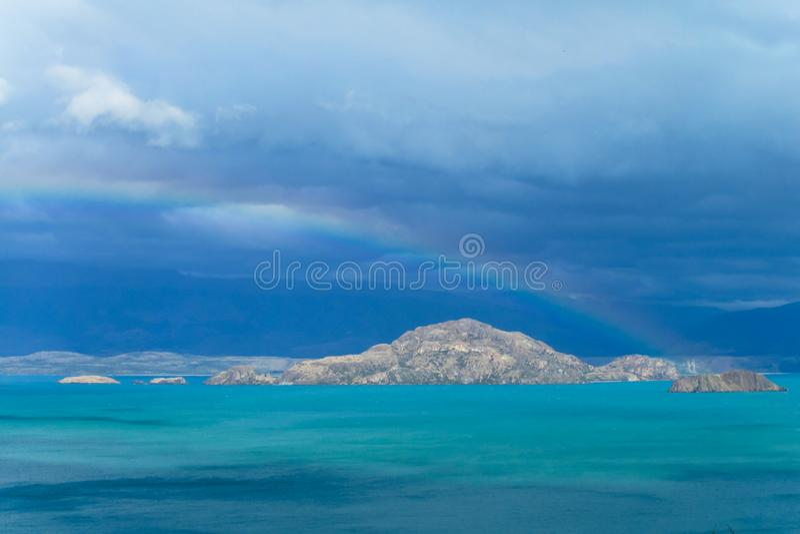 Mooie blauwe water en van het rotsenmeer kust stock foto's