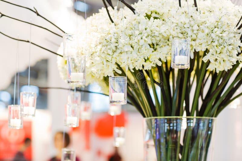 Mooie bloem en kaarsregeling voor huwelijk of gebeurtenispari stock afbeeldingen