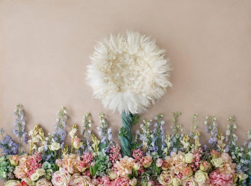 Mooie bloemachtergrond voor pasgeboren baby, concept pasgeboren bedelaars stock afbeeldingen