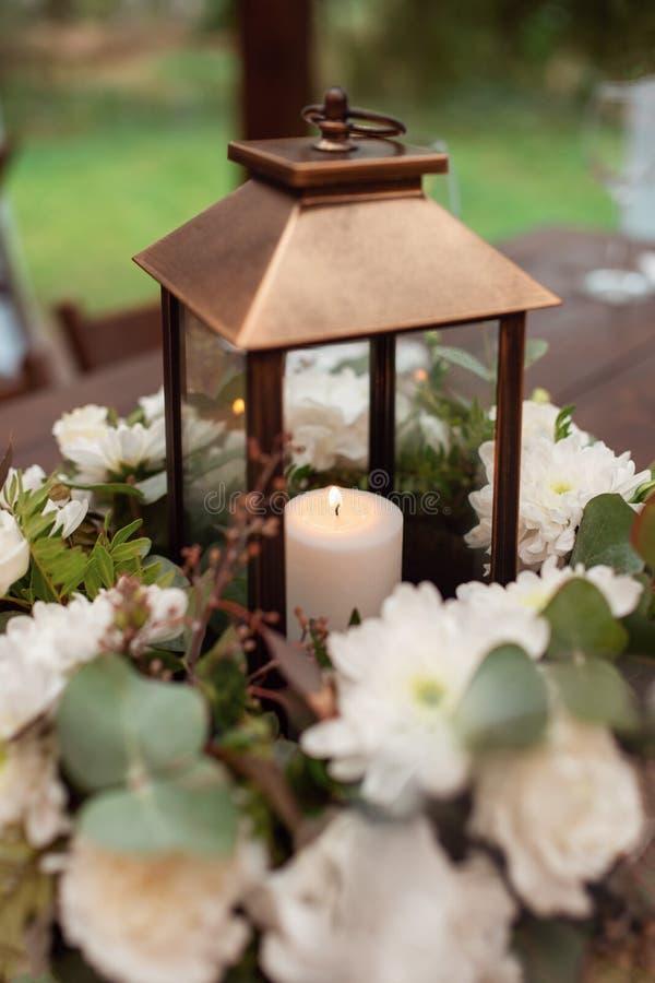 Mooie bloemdecoratie met kaarsen voor de huwelijksceremonie stock foto
