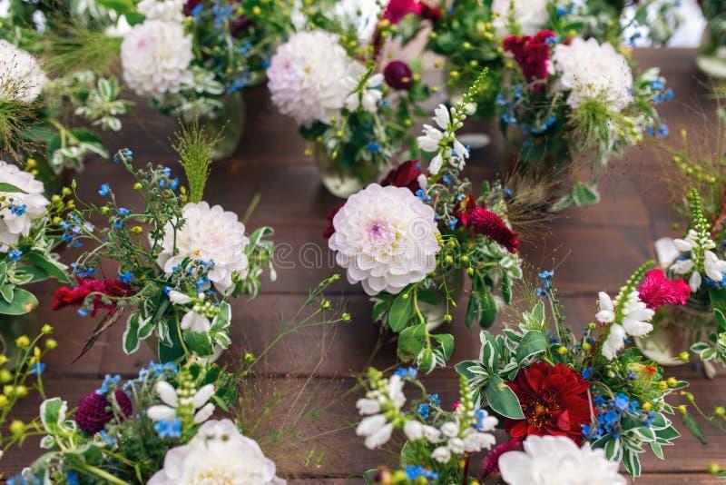Mooie bloemdecoratie voor de huwelijksceremonie chrysanten stock afbeelding
