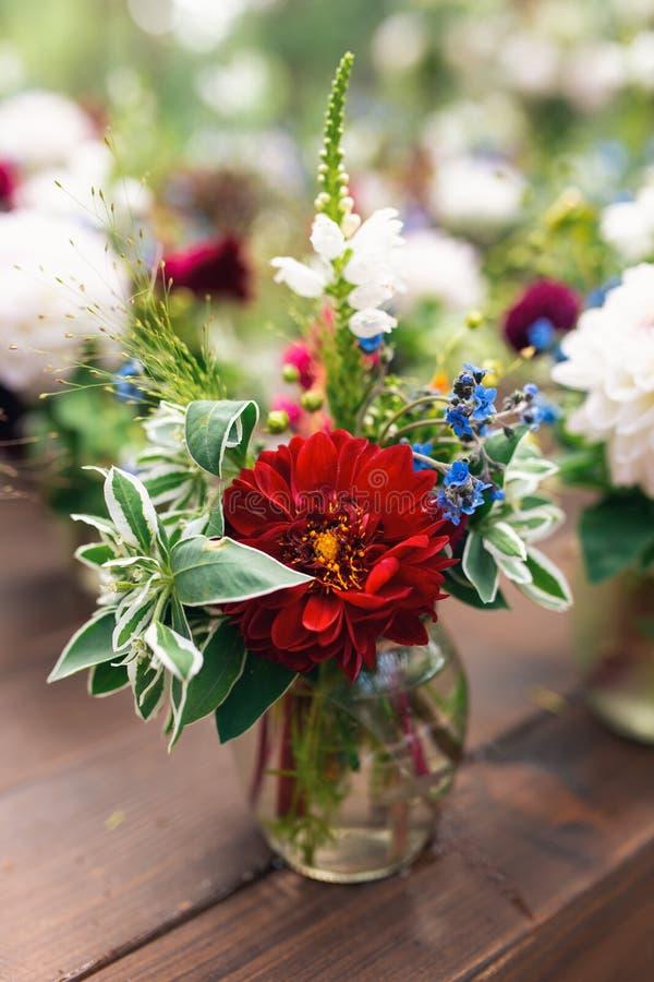 Mooie bloemdecoratie voor de huwelijksceremonie Wit en rood stock foto