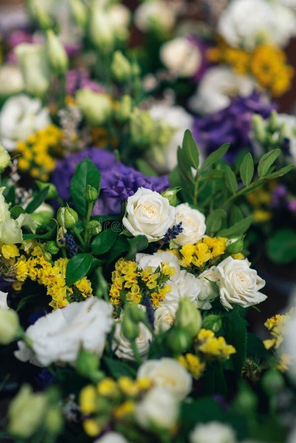 Mooie bloemdecoratie voor de huwelijksceremonie Witte rozen royalty-vrije stock afbeelding