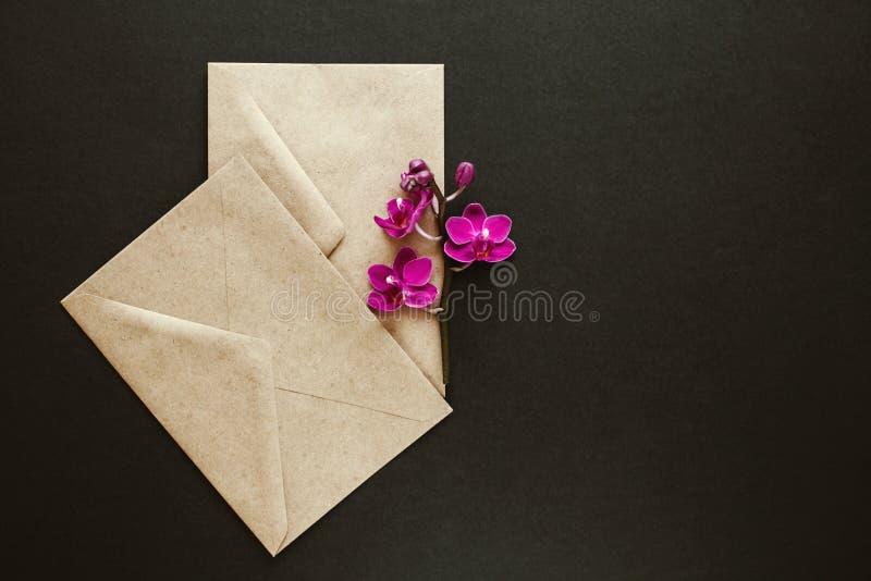 Mooie bloemen in een postenvelop stock afbeeldingen