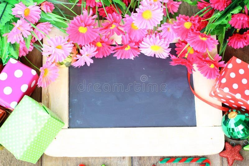 Mooie bloemen en giftdoos over schoolbord royalty-vrije stock fotografie