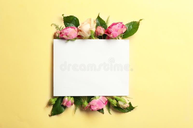 Mooie bloemen en groene bladeren als bloemenkader en document kaart stock foto's