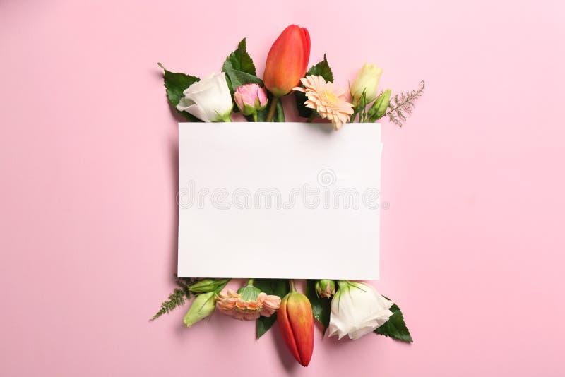 Mooie bloemen en groene bladeren als bloemenkader en document kaart royalty-vrije stock afbeelding