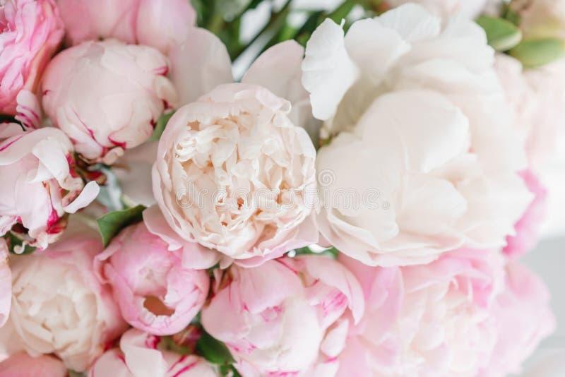 Mooie bloemen in glasvaas Mooi boeket van witte en roze pioenen Bloemensamenstelling, daglicht De zomer royalty-vrije stock foto
