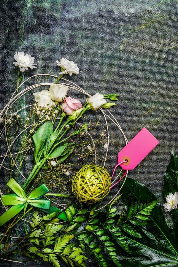 Mooie bloemen met bladeren en decoratie voor boeket op rustieke achtergrond, hoogste mening stock afbeelding