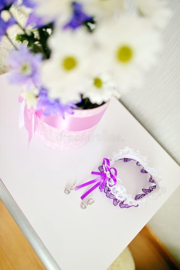 Mooie bloemen in vaas op witte achtergrond royalty-vrije stock afbeelding