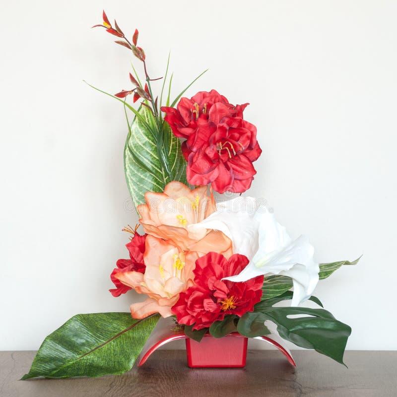 Mooie Bloemensamenstelling met Kunstbloemen royalty-vrije stock fotografie