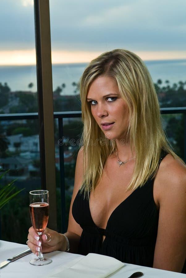 Mooie Blond hebbend diner stock foto