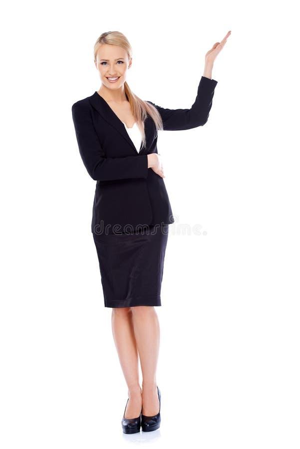 Mooie blonde bedrijfsvrouw die exemplaarruimte voorstellen royalty-vrije stock fotografie