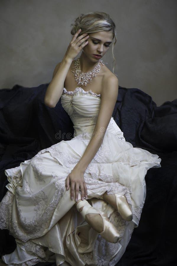 Mooie blonde bruids ballerina stock foto