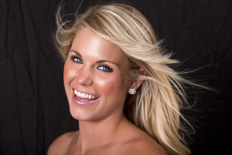 Mooie blonde in de wind stock fotografie