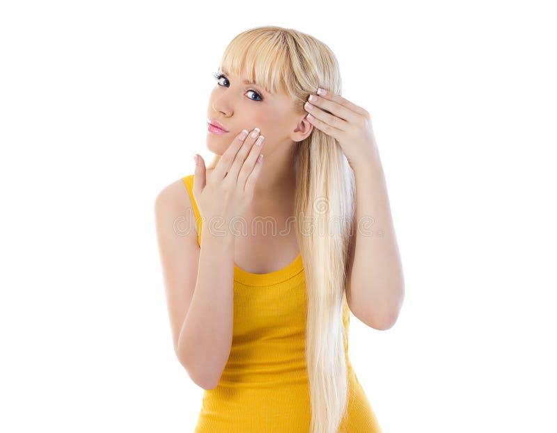 Mooie blonde die haar huid bekijkt royalty-vrije stock afbeeldingen