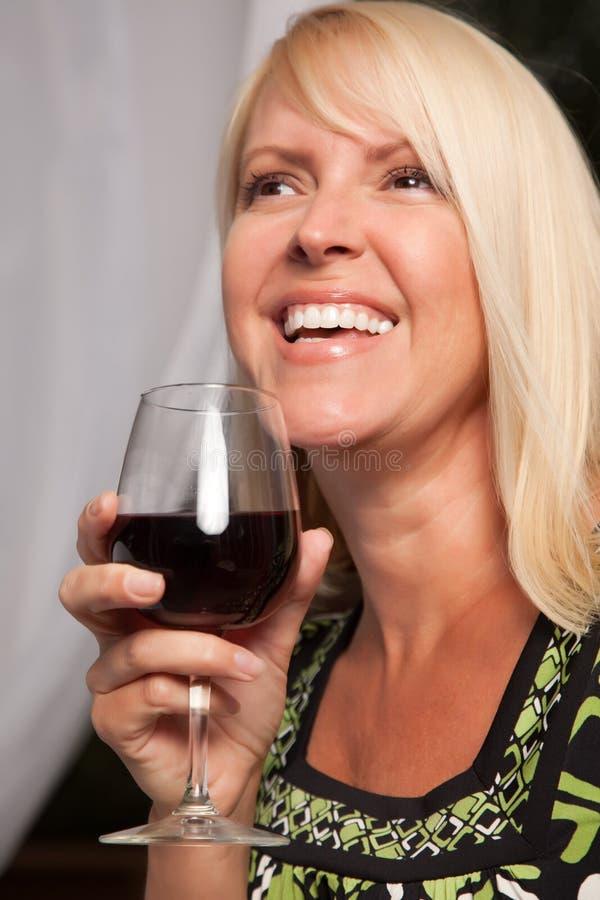Mooie Blonde die van Wijn geniet royalty-vrije stock foto