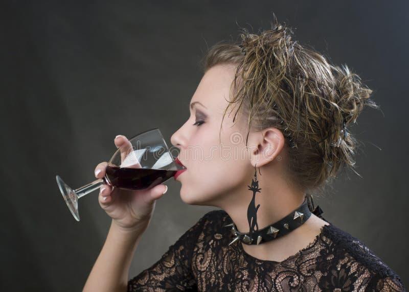 Mooie blonde-drinkt wijn stock fotografie