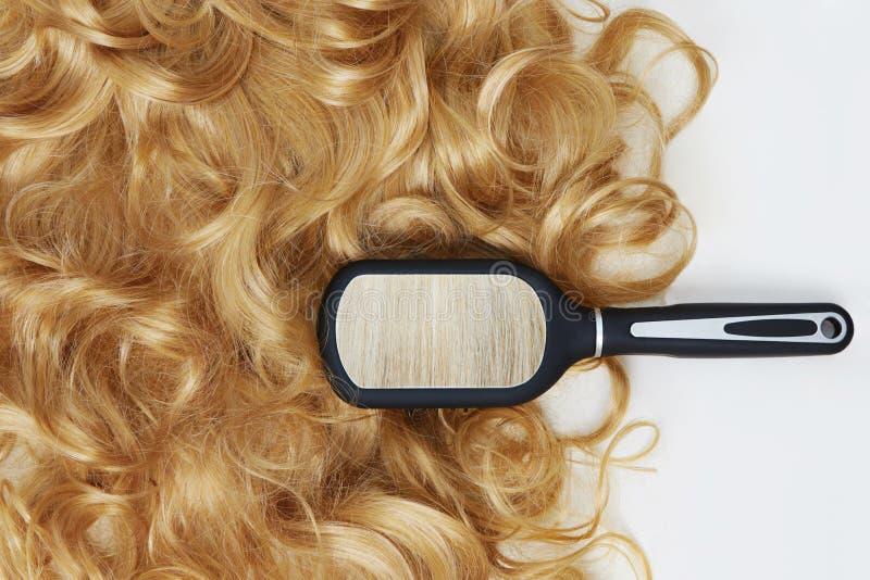 Mooie blonde haar en kam royalty-vrije stock afbeeldingen