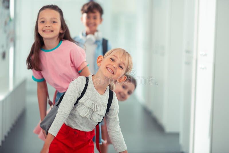 Mooie blonde-haired meisje het besteden tijd met vrienden op school royalty-vrije stock foto