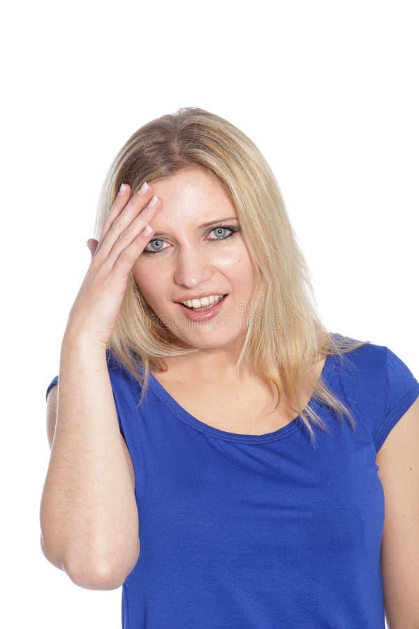 Mooie blonde haired vrouw in een blauwe kleding royalty-vrije stock foto