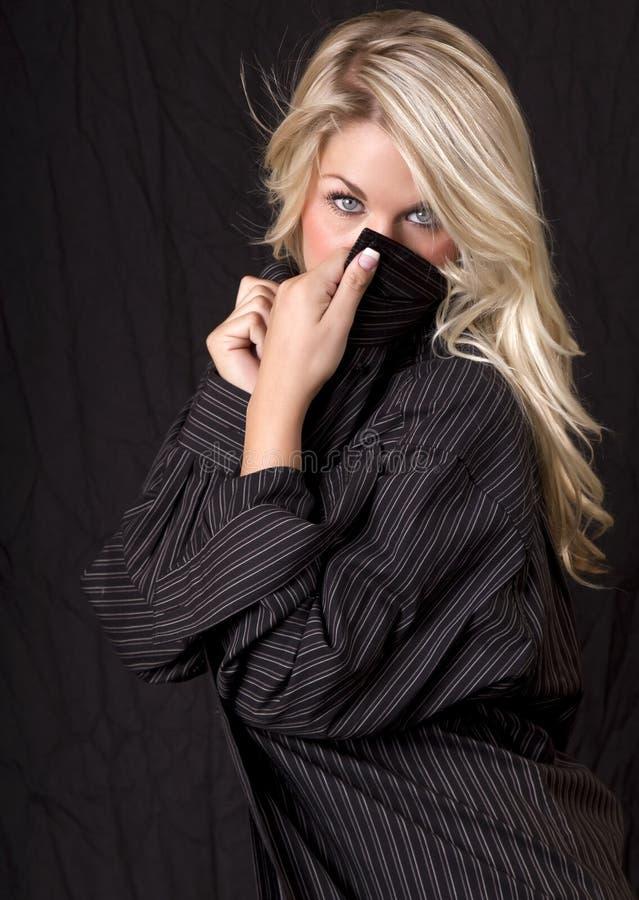 Mooie blonde in het overhemd van mens stock afbeeldingen