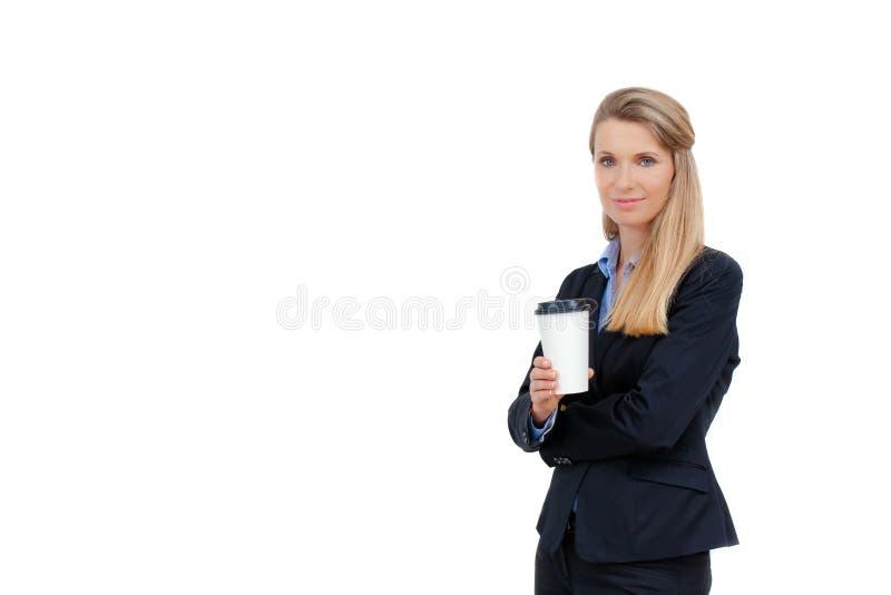 Mooie blonde jonge onderneemster die een kop van koffie houden royalty-vrije stock afbeelding