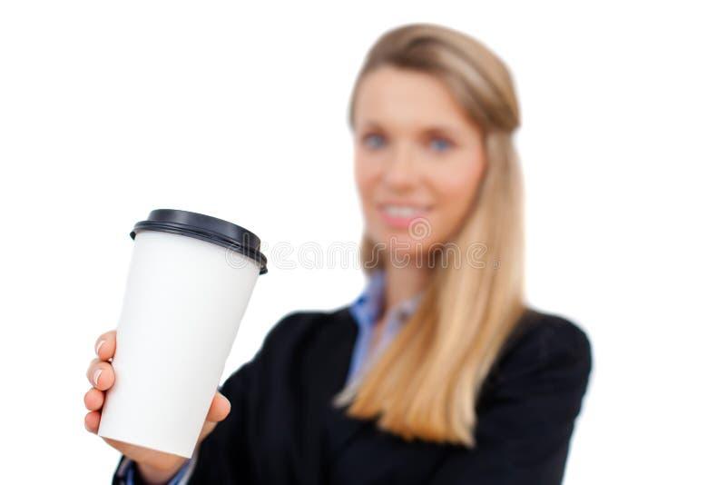 Mooie blonde jonge onderneemster die een kop van koffie houden stock afbeelding