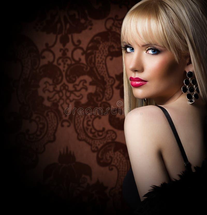 Mooie blondevrouw in luxebontjas stock afbeelding