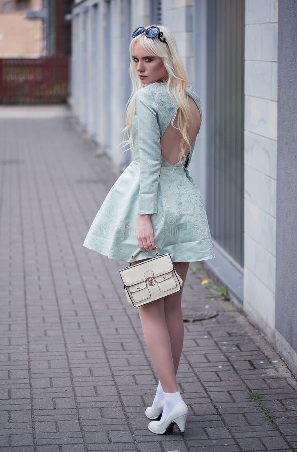 Mooie blonde jonge vrouw in in openlucht het stellen royalty-vrije stock afbeelding