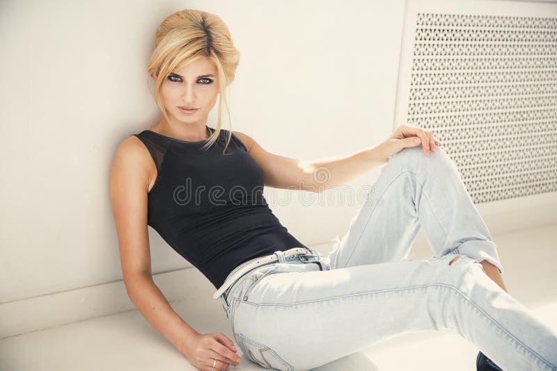 Mooie blonde jonge vrouw in toevallige stijl Mannequin in Gouden Kleding stock foto's