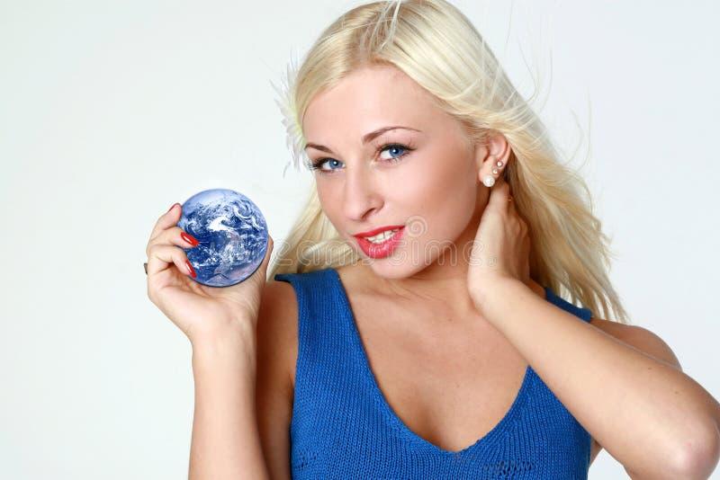 Mooie blonde met aarde in handen stock afbeeldingen