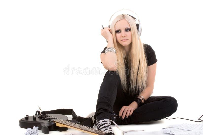Mooie blonde met een gitaar stock foto
