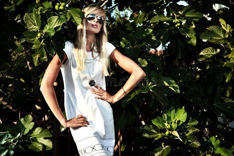 Mooie blonde met zonnebril stock fotografie