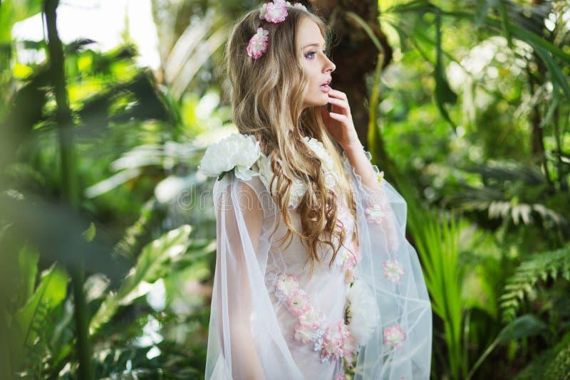 Mooie blonde nimf in het bos royalty-vrije stock foto's