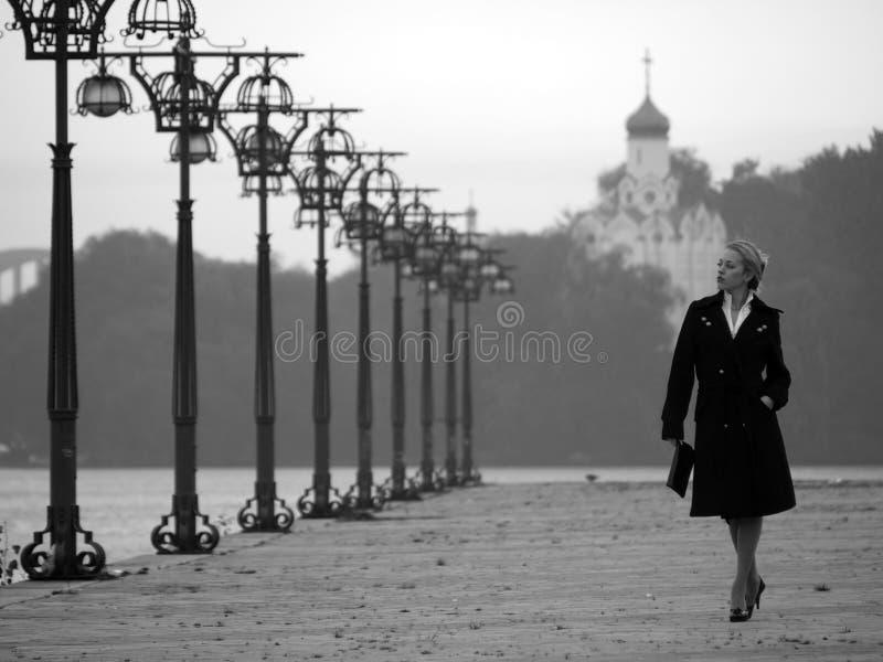 Mooie blonde op promenade stock afbeelding