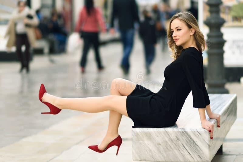 Mooie blonde Russische vrouw op stedelijke achtergrond royalty-vrije stock afbeelding