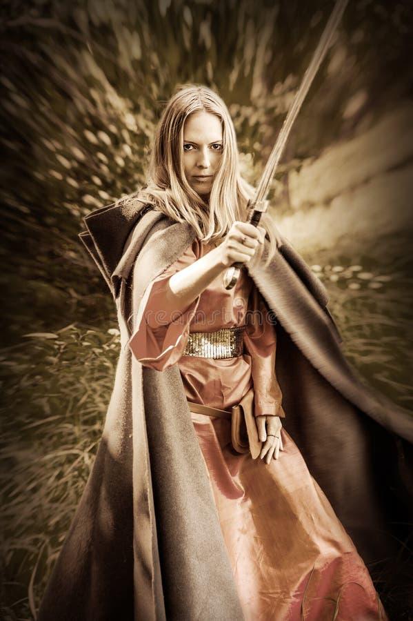 De strijder van de vrouw met zwaard stock fotografie