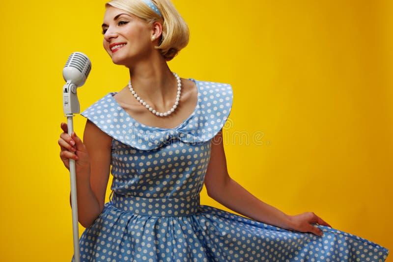 Mooie blonde vrouw stock foto's