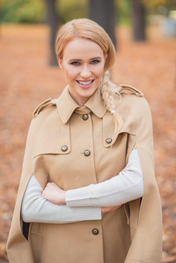 Mooie Blonde Vrouw in Bruin Autumn Outfit royalty-vrije stock afbeelding