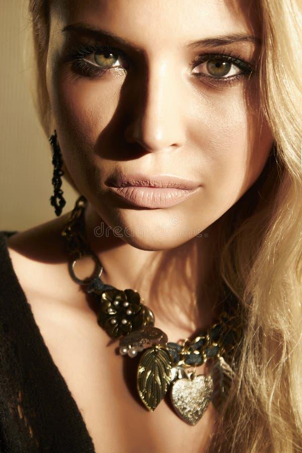 Mooie blonde vrouw in daglicht. schaduwen op het gezicht royalty-vrije stock foto's