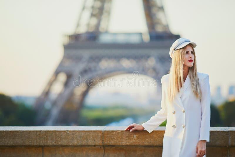 Mooie blonde vrouw dichtbij de toren van Eiffel royalty-vrije stock afbeelding